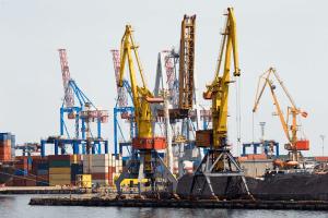 Kräne und Container im Hafen