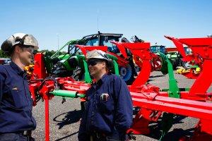 Menchaniker reparieren einen Traktor