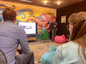 Ein Blick aus dem Publikum auf den Vortrag von Benedikt Kulmann beim UX-Stammtisch